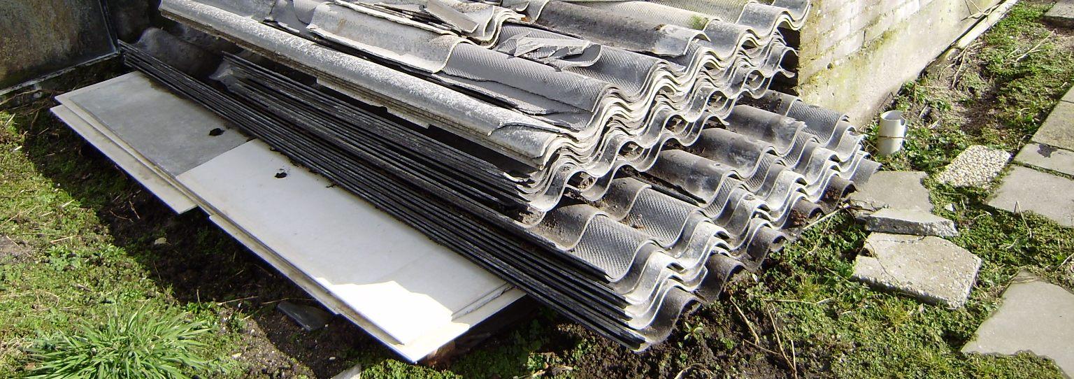 Asbest golfplaten netjes opgestapeld en verwijderd door Fiberscan.