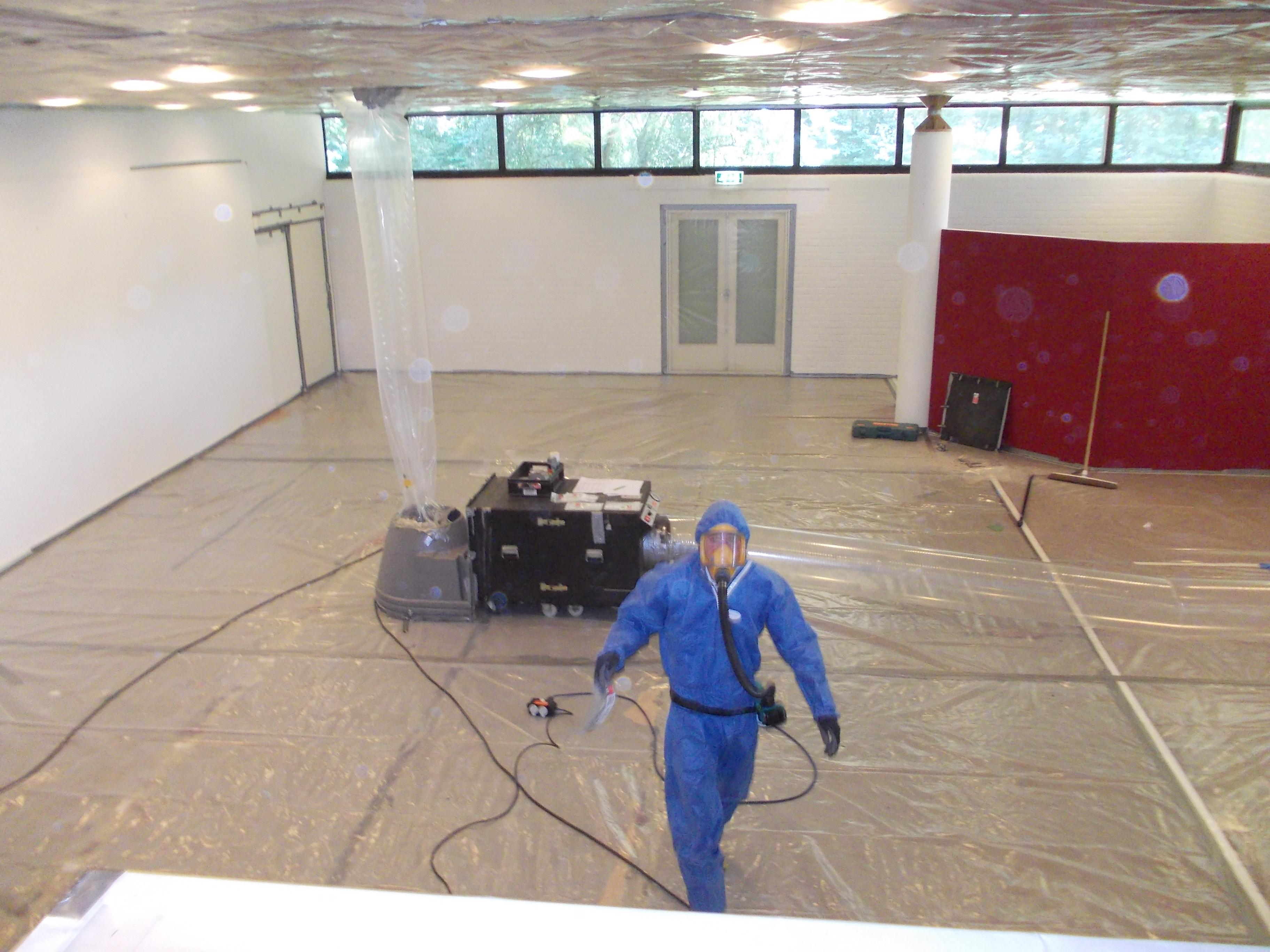 Asbestdeskundige van Fiberscan aan het werk.